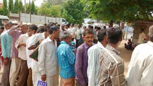 છોટાઉદેપુર જિલ્લામાં મેઘમહેર બાદ ખાતરની ખરીદી માટે ખેડૂતોની કતારો
