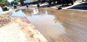 પાટણના પદ્મનાભ ચાર રસ્તા નજીક ગટરલાઈન ચોકઅપ થતાં રસ્તા પર ગંદું પાણી ફરી વળતા સ્થાનિકો ત્રાહિમામ