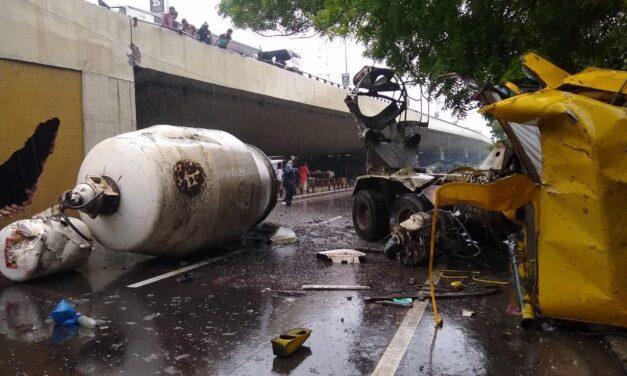 વડોદરા ફતેહગંજ બ્રિજ પરની ઘટના, ડ્રાઈવરે સ્ટિયરીંગ પરથી કાબૂ ગુમાવતા ક્રોકિંટ મશીન બ્રિજની રેલિંગ તોડી નીચે ખાબક્યું